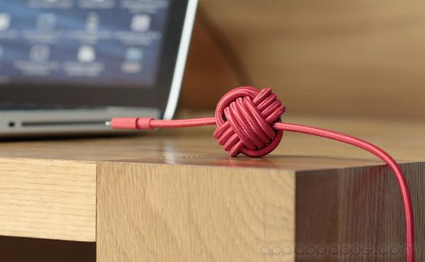 加上一個球, 就能解決手機充電線最大問題 [影片]