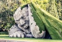 震撼力十足!從地底爬出來的超大雕像 Feltépve