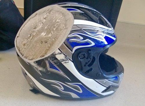 好的安全帽救你一命,不過殘缺成這樣……看來是很恐怖的一次車禍經歷