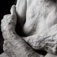 影像呈現百歲老人身軀的紋理與質感