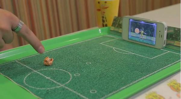 用低頭族的方式來熱愛世足賽!速食餐盤上的射門遊戲