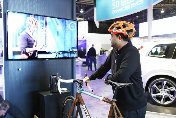 CES 2015 ; Ericsson 與 Volvo 打造安全交通互連技術,展出自行車頭盔與汽車溝通應用