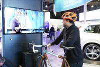 CES 2015 ; Ericsson 與 Volvo 打造安全交通互連技術,展出自行車頭盔與汽車溝