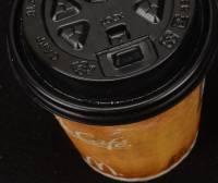 台北市衛生局今天公佈市場上店面所用的熱飲塑膠杯蓋耐熱測試名單。抽驗25家,共13家變形……,其中7家未改,包括星巴克 摩斯漢堡 布列德 金鑛等知名店家