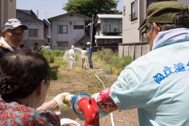 [面白日本] 蕎麥麵老闆也會打火!?看日本防災訓練如何教會國民「自己救災」!