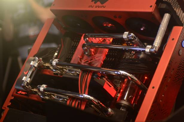 Computex 2015:華碩ROG產品認證,以現場最為吸引人能變形的主機來說
