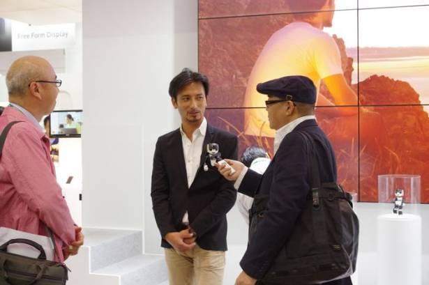 CEATEC Japan 2015 : Robi 兼差打工的 RoBoHon 未來電話動眼看