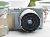 Canon EOS M 推出針對女性的入門機種 EOS M10 ,具可翻轉螢幕並採圓潤設計