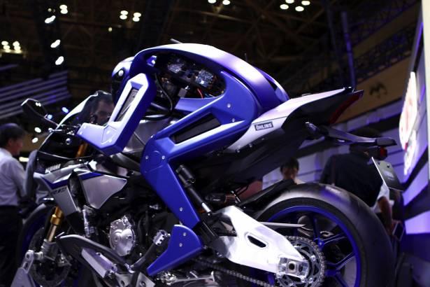 二足人形機器人才是日本人的浪漫! Yamaha 展示為了超越 Rossi 的機車自動駕駛機器人 MOTOBOT ver.1