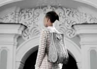 巴洛克建築風格的皮革背包