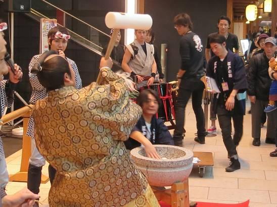 [面白日本] 這年頭機場只是個機場就遜了!羽田機場新春祭典不只搗麻糬給你吃,還能體驗原汁江戶味!