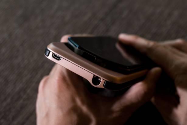 造型詭異卻無比實用!qrono 01 : MIN ™ 讓你的 iPhone 6s/6s Plus 背著行動電源到處跑!