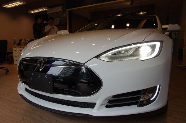 Go Park Yourself 成真! Tesla 將透過更新使 Model S 、 Model X 可自動停入車庫