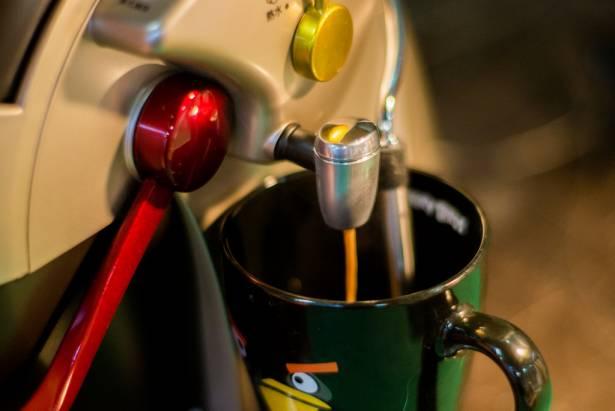 【癮柯柯】讓正妹笑、工具人哭的神兵利器!Caffe Tiziano 義式膠囊咖啡機帶給你滿滿的幸福「暖冬」~