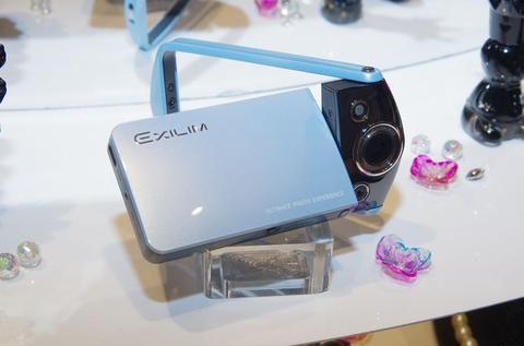 卡西歐新一代正妹自拍神器 TR15/TR10 在台推出,針對自拍再進化
