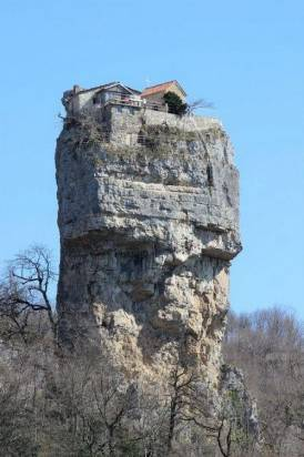 在孤高的絕崖石柱上的修道院,也許真能讓人感受到「天堂近了」