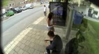 等待公車時,如果看到身旁的廣告看板正放著你自己被PS的過程,例如和正妹……