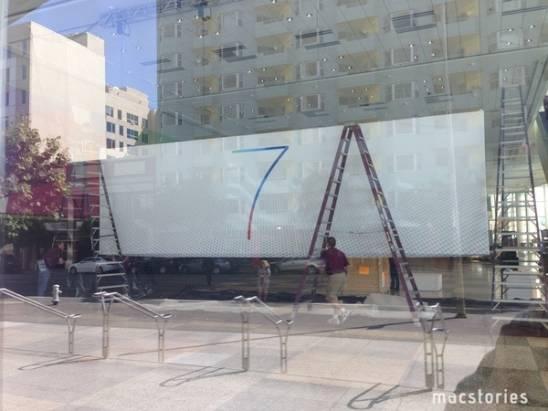 寫有 7 和 X 字的橫幅已經出現在 WWDC 會場之外了,應該說的是 iOS 7 和 OS X 吧?