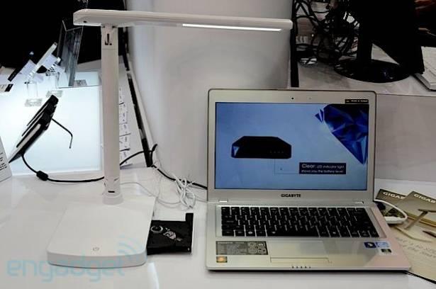Gigabyte Smart Lamp 動手玩,把光碟機與枱燈加起來就是創意了(影片)