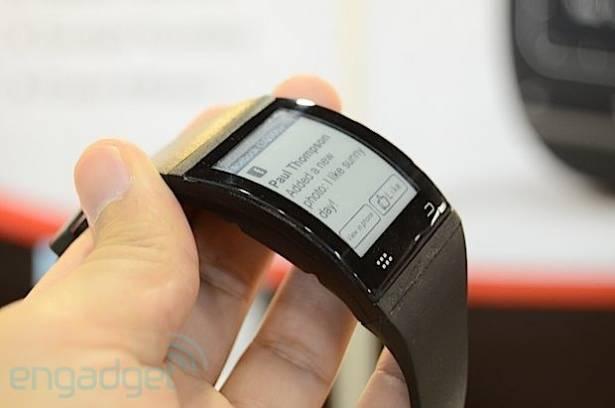 E Ink 彎曲屏幕智能手錶動眼看,靜待其第三季在全球推出