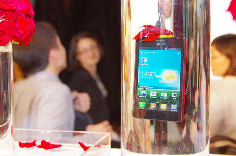 LG 引進日系 IPX7 防水機種 Optimus GJ ,標榜沒保護蓋亦能防水
