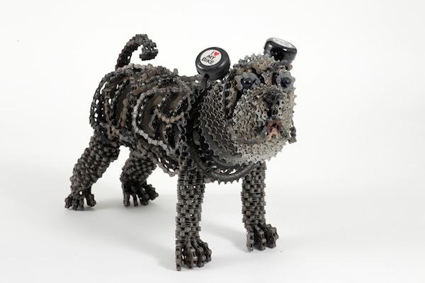 廢棄金屬大改造-充滿自由靈魂的鏈條狗狗雕塑