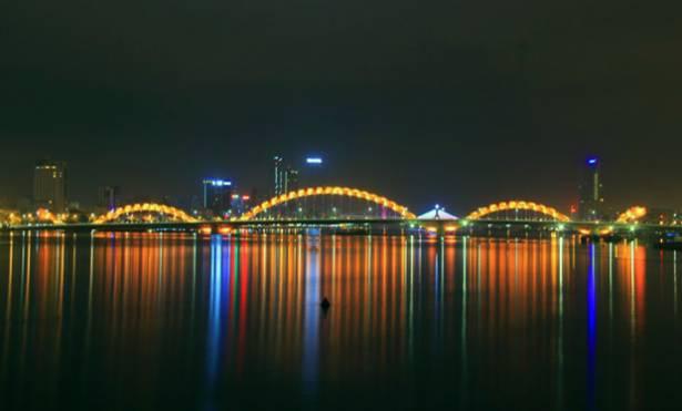越南峴港市龍橋上象徵民族獨立的噴火龍